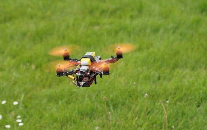 Drohne mit Kamera und Sprengstoff