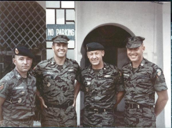 Đại úy John Ripley (thứ hai từ trái sang) cùng Đại tá Gerald Turley (thứ hai từ phải sang) ngày trước khi bắt đầu các cuộc tấn công mùa Hè đỏ lửa (Easter Offensive 1972) tại một căn cứ quân sự phía Tây Đông Hà. Nguồn: http://nobility.org/
