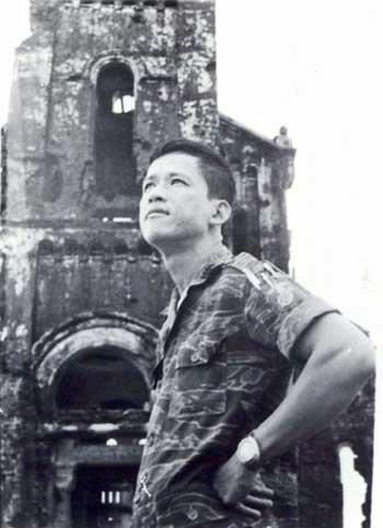 Thiếu tá Lê Bá Bình đứng ở Quảng Trị trước khi bị thương lần thứ 9, 1972. Nguồn: OntheNet