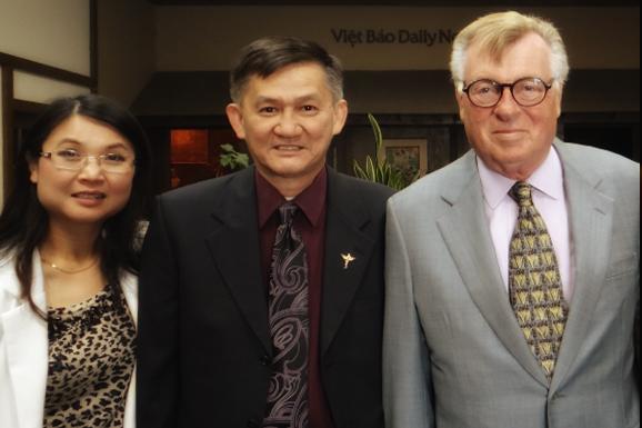 Ba người bạn trước tòa soạn Viet Báo ở California (Từ phải): Uwe Siemon-Netto và vợ chồng Dr. Lý Văn Quý. Nguồn: vietbao.com / Tháng 4, 2013