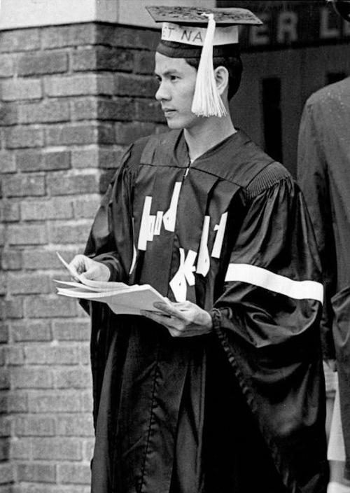 Nguyễn Thái Bình phát truyền đơn phản chiến,  áo mũ tốt nghiệp đính đầy khẩu hiệu chống Mỹ. Đại học Washington, ngày 23 tháng 6, 1972. Nguồn: