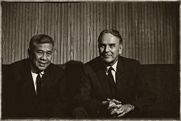Thủ tướng Trần Văn Hương và Đại sứ Mỹ Maxwell Taylor. Nguoodn: OntheNet