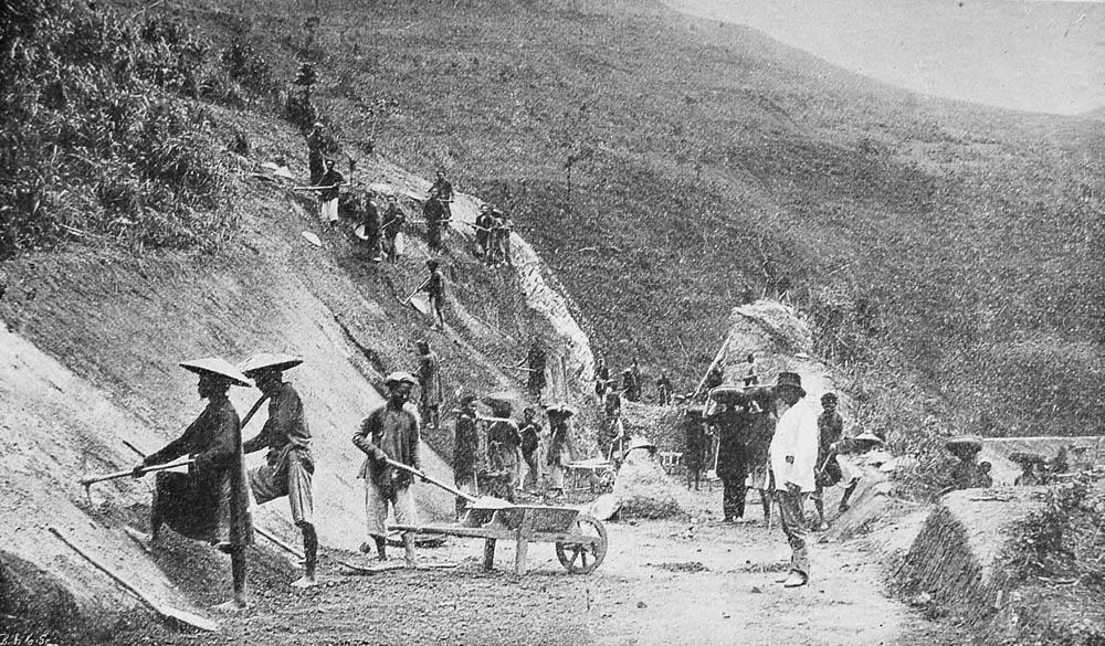 Dân làm đường ở Trung Kỳ (1901). Nguồn: Collection Courtellemont