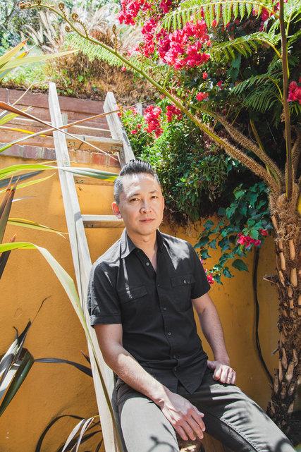 Tác giả Nghuễn Thanh Việt tại nhà riêng ở Los Angeles. Nguồn: Oriana Koren / The New York Times