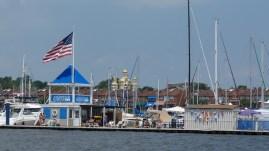 a vitorláskikötő a víz felől nézve