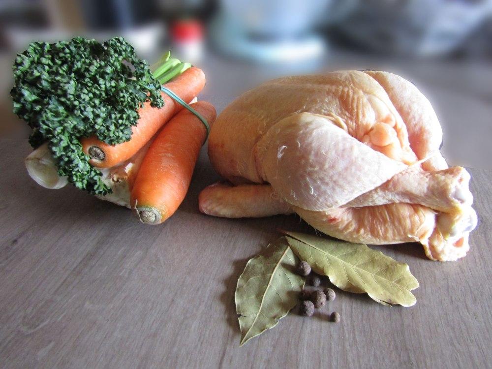 Hühnersuppe mit selbstgemachten Nudeln