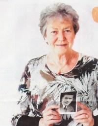 Dora met foto van haar vader Herman Budde