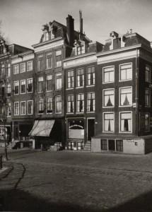 Nieuwe Herengracht 211 - 217. Geheel links is nr 211.