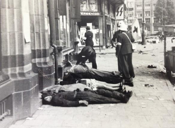 5 slachtoffers van de schietpartij liggen op de Dam, tussen Eggerstraat en Nieuwendijk. Bron foto: J.W. Hofman, Collectie Stadsarchief Amsterdam