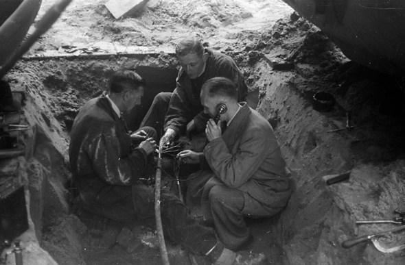 Monteurs van het illegale telefoonnet 'Brandt', onder leiding van chef-monteur J. de Bruin, aan het werk bij de Koepelkerk aan de Stadhouderskade, waar het hoofdkwartier van de NBS was gevestigd, Amsterdam (1944-1945)
