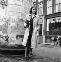 Foto: Charles Breijer. Ingeborg Kahlenberg met 16 mm. camera in tas (gereconstrueerde opname na de oorlog), Amsterdam (eind mei 1945)