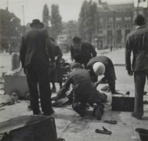 Foto: Ad Windig, Stadsarchief Amsterdam. Gewonden verzorging tijdens de schietpartij.