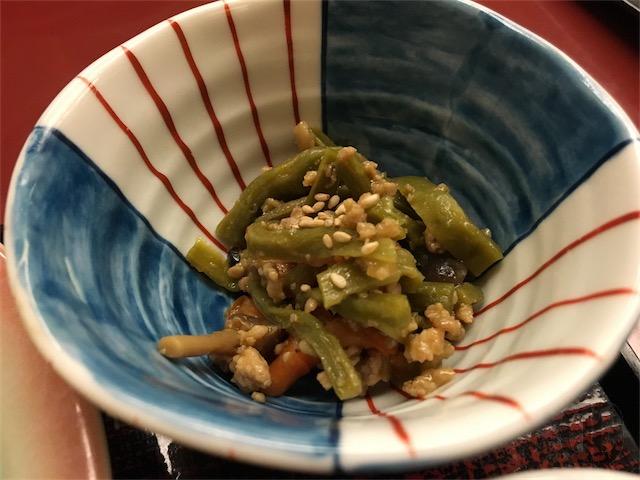 小鉢。緑の何か(^_^;)、お肉とにんじんとゴマと…。これがご飯の一番のおかずになってたかも