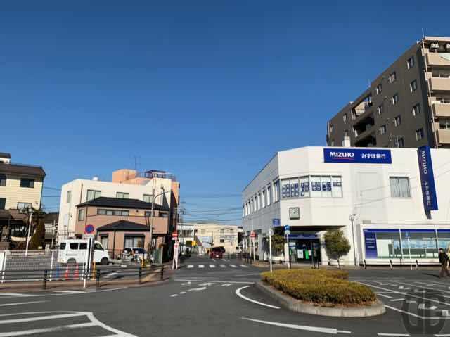 東青梅駅北口ロータリーのみずほ銀行の左側を通り、交差点を渡らずに右折します。