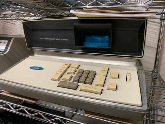 超貴重な世界初のトランジスタ式電卓。これらを中心に産業的にはビジネス用として卓電と呼ばれる卓上型電子計算機が登場。このときは、まだまだ個人には手が届かない状態。