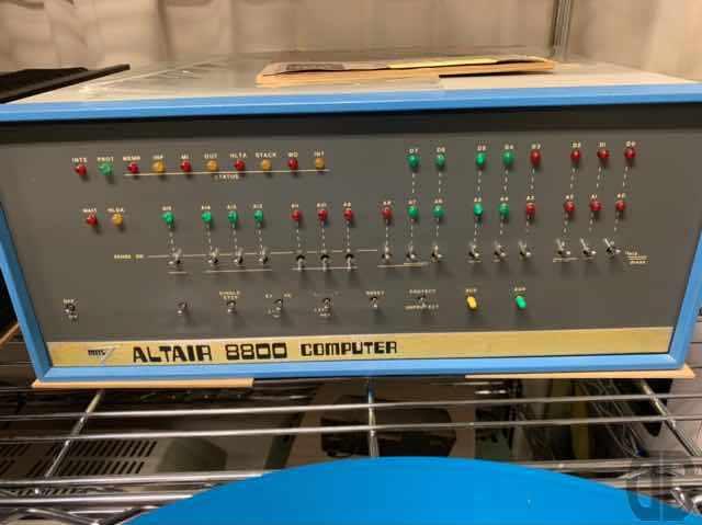 マイコンのキッカケとなったのが伝説のALTAIR 8800。Intel 8080を搭載した個人向けの組み立て式(キット)コンピュータが1975年に500ドル塾で発売!