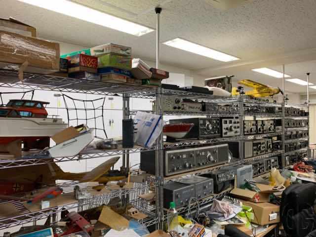 模型とラジオの博物館。手前や上段に模型、その他には無線機が展示されています。見る人が見れば延髄の品のはず…