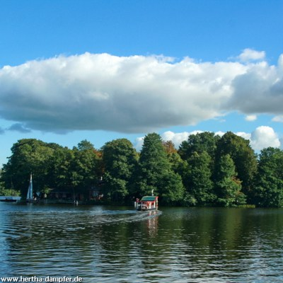 Fotowolken und strahlend blauer Himmel über der Seenkette