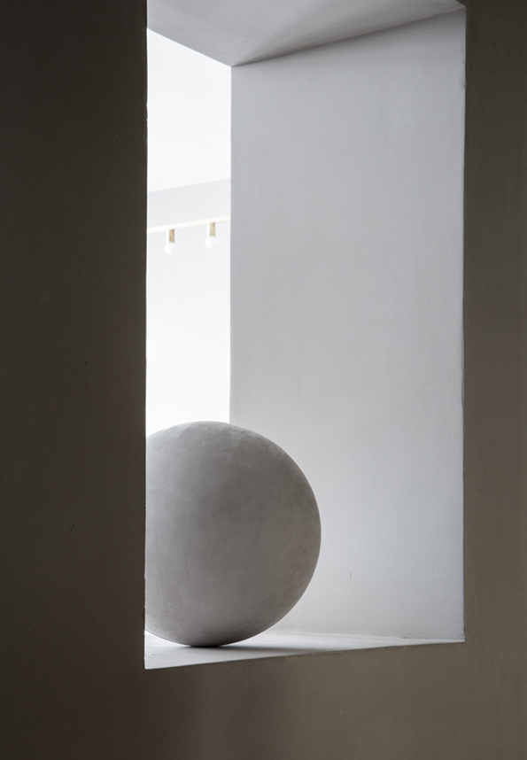 close-contact-norm-architects-the-kinfolk-gallery-Sørensen-Leather-exhibit-8-desmitten