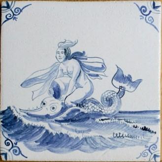 9006-Zeewezen-Nereide-mit-Krug-auf-Fisch
