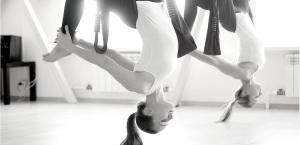 11 posturas esenciales de yoga aéreo para aprender hoy en día