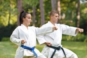 Karate: für eine bessere Körperhaltung, gegen Rücken- und Nackenschmerzen