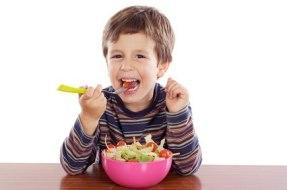 Kinder die das Essen genießen