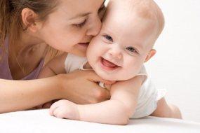 Babys mit Verstopfung und Blähungen