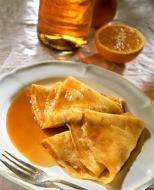 Backen Sie köstliche Pfannkuchen (Crepes)