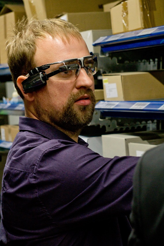 Gehörloser Kommissionierer der Schmaus GmbH beim Test der App mit der Vuzix M100 Smart Glasses Copyright © 2016 CIM GmbH Herausgeber CIM GmbH