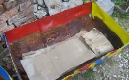 4-6 Lagen Karton, je nachdem wie hoch der Behälter ist (=Feuchtigkeitsspeicher)