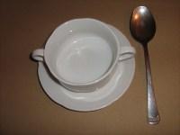 Französische Pilz-Cremesuppe in die Suppentasse