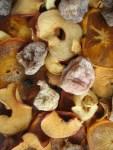 Früchtebrot beinhaltet viele getrocknete Fruechte u Nuesse