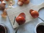 links Ei mit Eisennagel gefaerbt ist intensiver in der Farbe