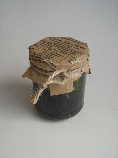 Schlehen als blaue Oliven im Glas
