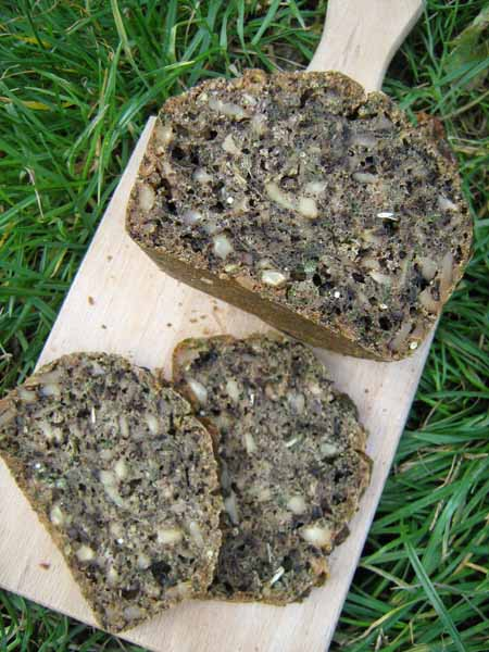 Brot Wildkräuter und Nüsse
