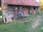 Bauer, Rosi & Pierre vor dem alten Bauernhaus auf dem Land