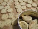 fertige Kekse mit Fertig Backmischung auf Papier & in Keksdose