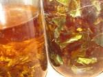 Einblick wie wir Kraeuter mazerieren in Branntwein und Oel