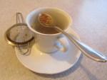 Quitten-Fruchtmasse im Teewasser lassen und essen