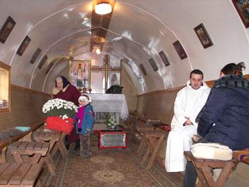 Церкви в вагонах (15 фото)
