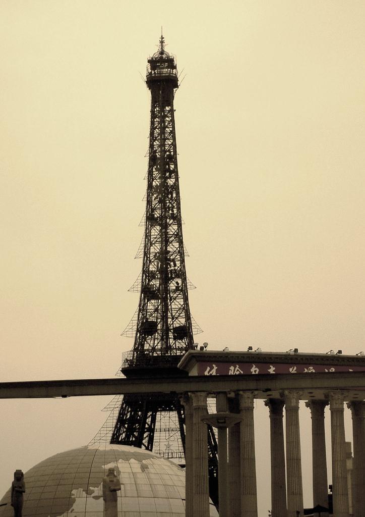 Китайцы подделали �йфелеву башню (13 фото)