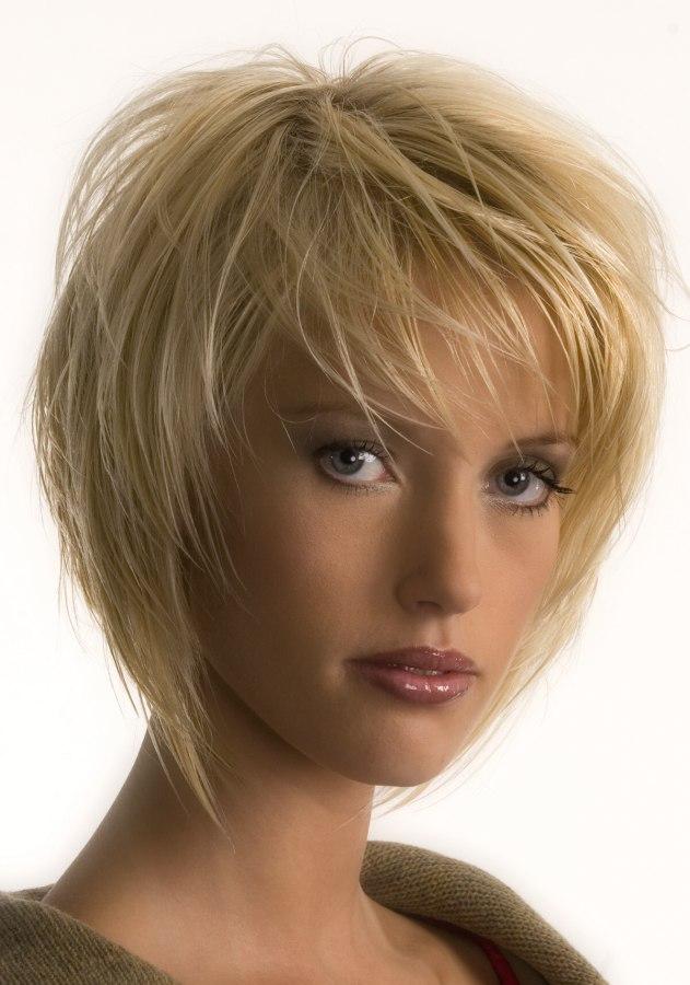 Fransiger Stufenschnitt In Blond Mit Styling Der Strähnen In