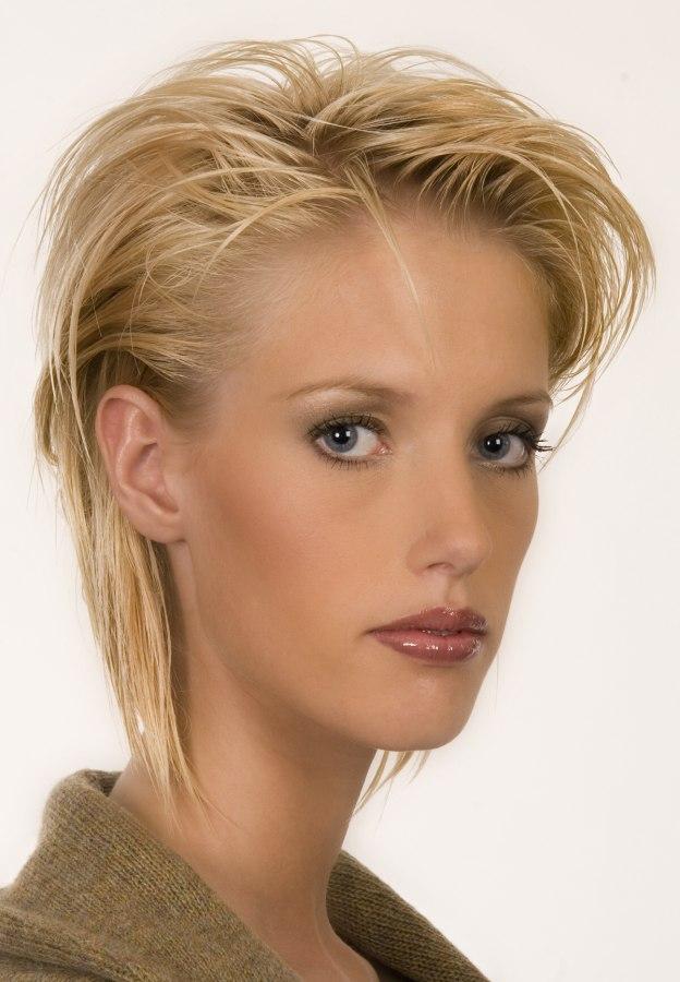 Kurze Frisur Mit Stufen Seitenscheitel Und Glattem Haar Im Nacken