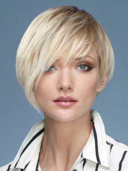 Kurze Frisur Mit Asymmetischem Design Und Hochgestelltem Kragen