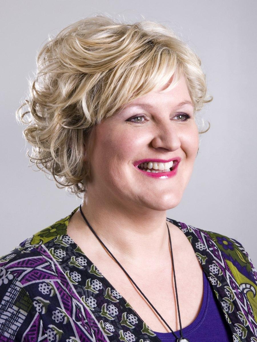 Moderne Mittellange Frisur Für ältere Frauen Mit Einen Gebogenen