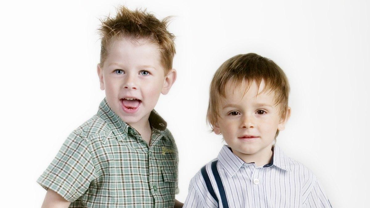Frisuren Für Kleine Jungs Mit Kurzen Seiten Und Mehr Länge Am Oberkopf