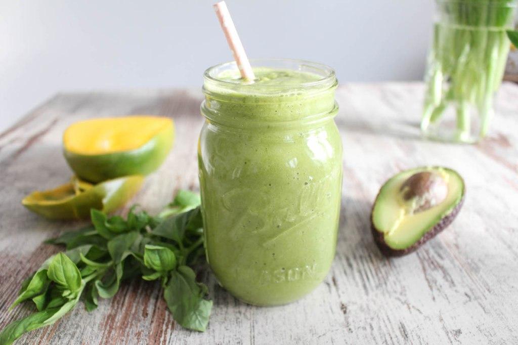 Grüner Mango Basilikum Smoothie - vegetarisch, ohne raffinierten Zucker, gesund, vegan, glutenfrei - de.heavenlynnhealthy.com
