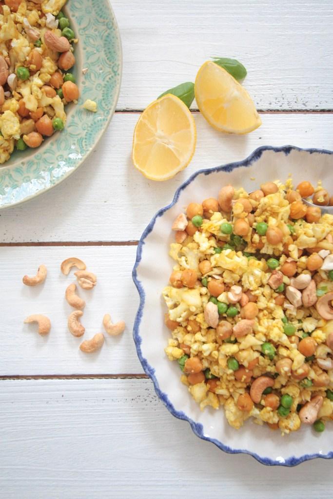 Blumenkohl-Reispfanne mit Kichererbsen und Cashewkernen