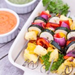 Mango & Ananas Gemüsespieße mit Mojo Rojo & Mojo Verde